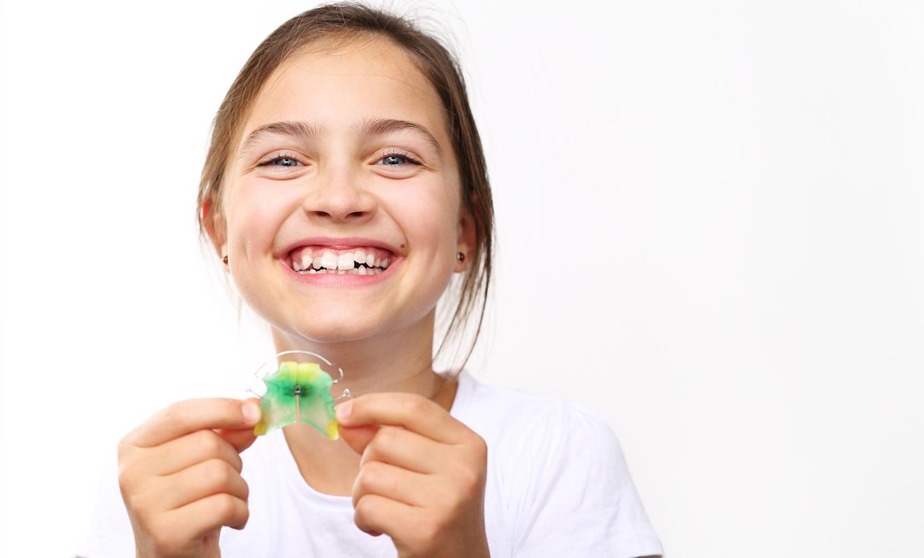 Kieferorthopädie Kinder Erwachsene Schienentherapie Brackets unauffällig lässige Farben
